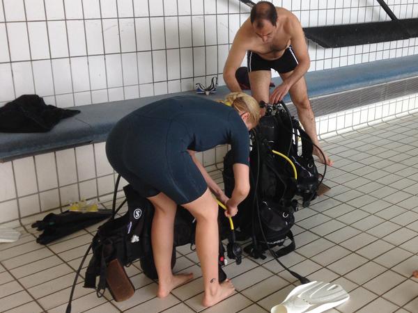 Plongeurs en préparation sur le bassin de Villeneuve-la-Garenne vue extérieur
